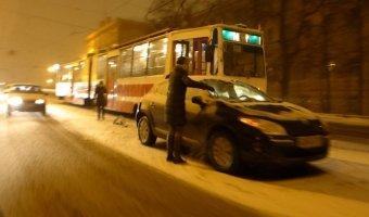 Сломавшийся (или аварийный) на рельсах Renault Megane остановил движение трамваев по Литейному мосту