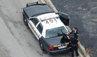 Удивительное рядом -  женщина, арестованная полицией и закованная в наручники, угнала полицейскую машину.