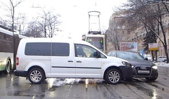 Audi не пропустил поворачивающий налево на проспекте Энгельса микрофургон Volkswagen