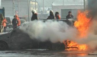 В Алматы легковой автомобиль загорелся во время движения. Водитель успел выпрыгнуть