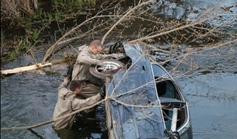 Двое парней на стареньком BMW 5-Series улетели с дороги в реку