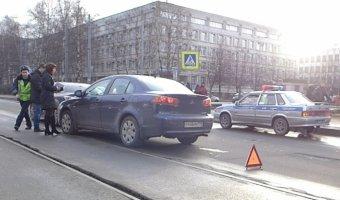 Очередное ДТП на трамвайных рельсах на Черной речке - столкновение двух легковых автомобилей.
