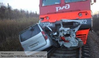 Автомобиль врезался в электричку под Ломоносовом: трое погибших