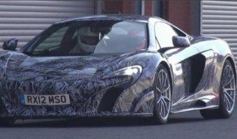 Суперкар McLaren 675LT проходит испытания на спортивных трассах.