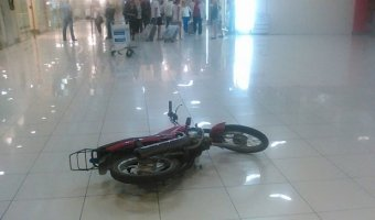 Пьяный мотоциклист на полном ходу въехал в здание аэропорта Кольцово в Екатеринбурге