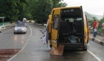 Три человека погибли при столкновении фуры и автобуса под Геленджиком