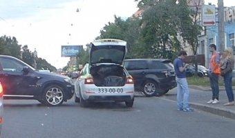 BMW НЕ ПРОЙДЕТ! Авария на проспекте Энгельса - таксист против кроссовера X6