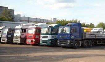 Продажи грузовиков в России снизились почти в два раза