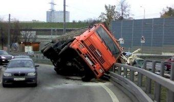 В Кропоткине столкнулись рейсовый автобус, КамАЗ и ГАЗель