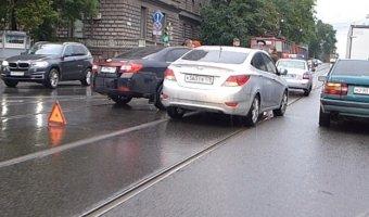 Две легковушки навалились друг на друга на перекрестке Энгельса - Сердобольская