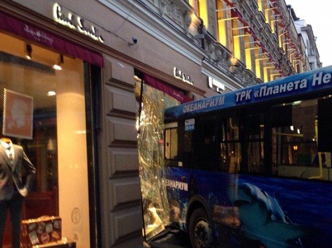 В Санкт-Петербурге автобус влетел в витрину магазина 2.jpg