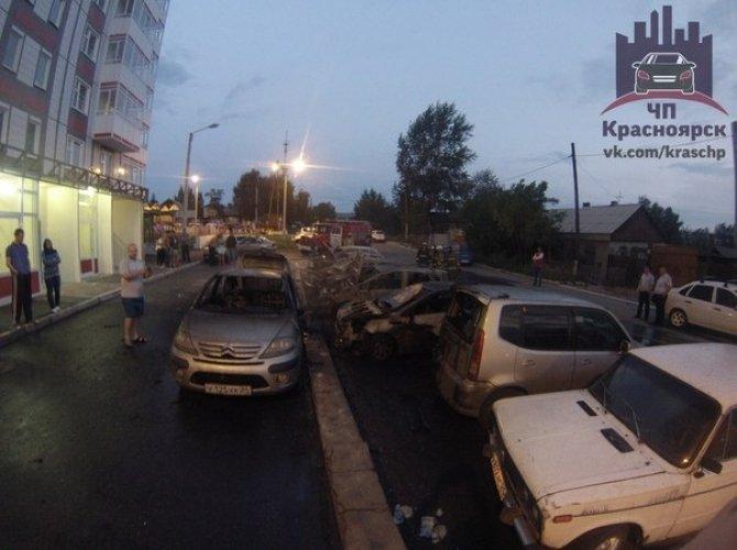 В Красноярске на парковке сгорели 7 автомобилей 2,jpg