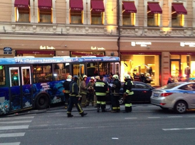 В Санкт-Петербурге автобус влетел в витрину магазина 1.jpg