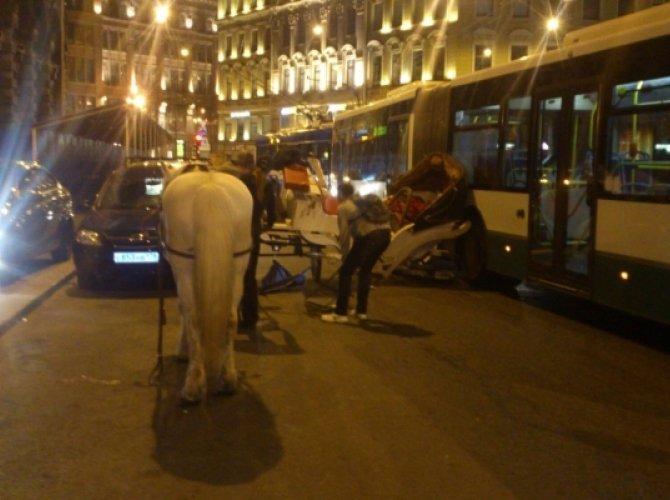 В Санкт-Петербурге автобус врезался в карету 1.jpg