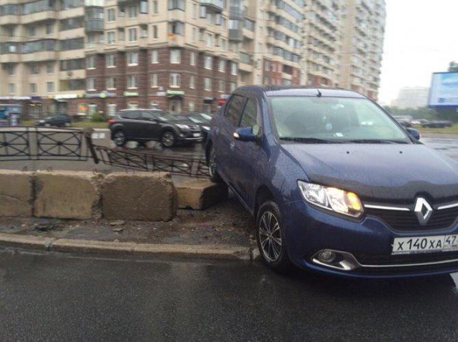 В Петербурге автомобиль влетел в подземный переход 1.jpg