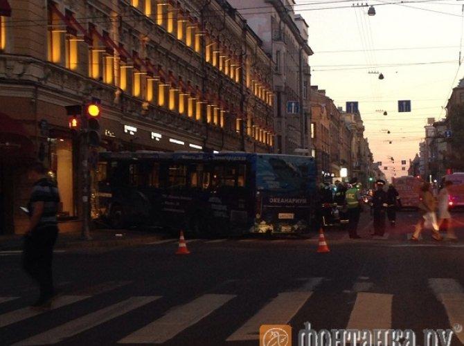 В Санкт-Петербурге автобус влетел в витрину магазина 5.jpg