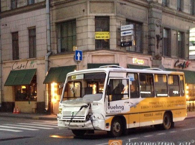 В Санкт-Петербурге автобус влетел в витрину магазина 3.jpg