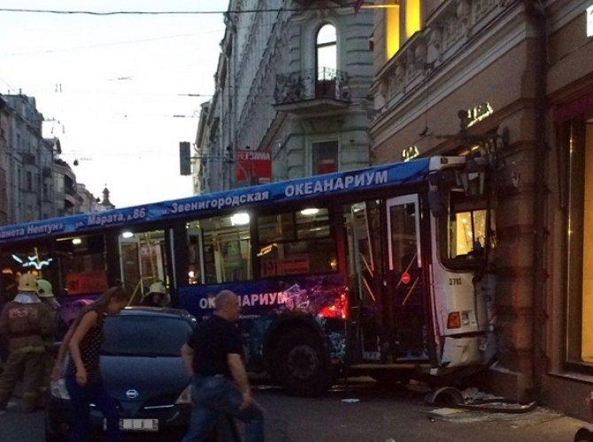 В Санкт-Петербурге автобус влетел в витрину магазина 6.jpg