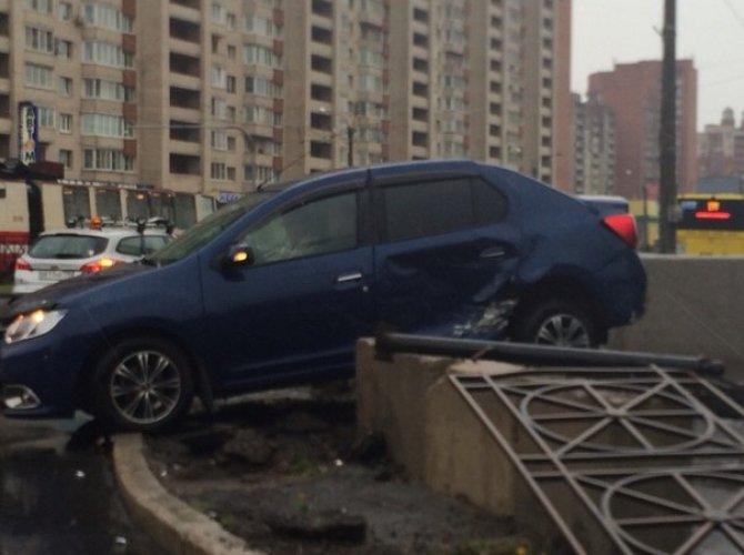 В Петербурге автомобиль влетел в подземный переход 3.jpg