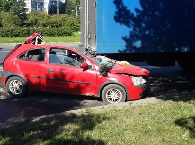 Водитель автомобиля Opel погиб, въехав в  фуру на проспекте Ветеранов.jpg