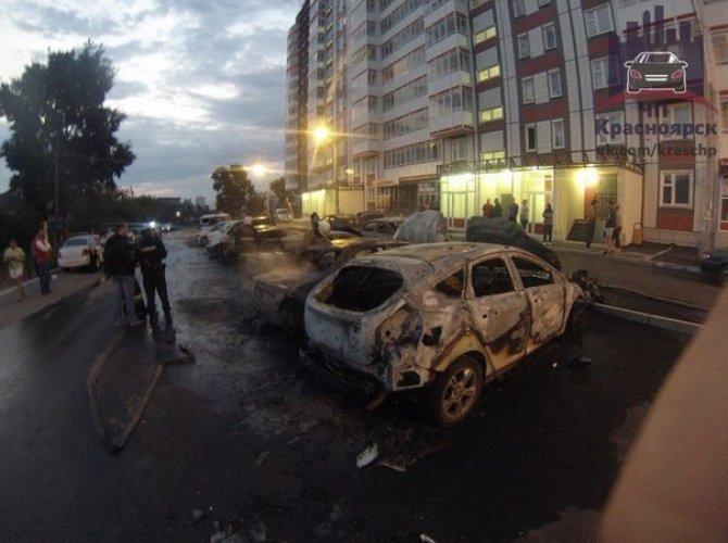 В Красноярске на парковке сгорели 7 автомобилей 6,jpg