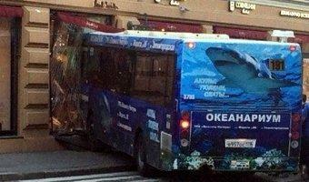 В Санкт-Петербурге автобус влетел в витрину магазина