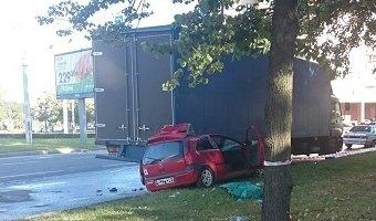 Водитель автомобиля Opel погиб, въехав в  фуру на проспекте Ветеранов