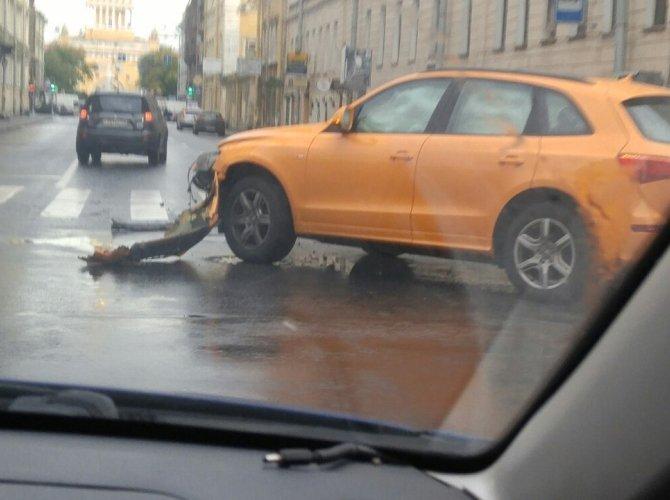 В Петербурге на Гороховой машина врезалась в здание 1.jpg
