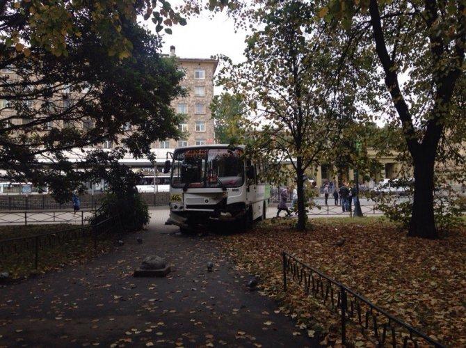 Возле метро Автово маршрутка вылетела на тротуар 4.jpg
