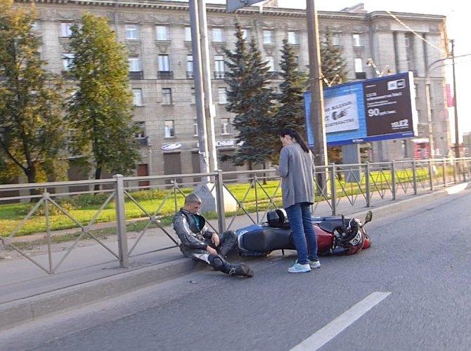 ДТП с мотоциклистом на Кантемировской площади