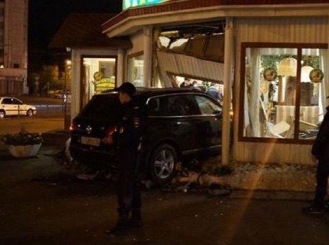 В Омске Volkswagen Touareg врезался в кафе с посетителями.jpg