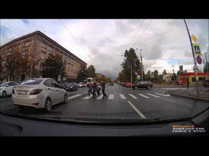 ГИБДД разыскивает водителя Hyundai, едва не сбившего детей на зебре 1.jpg