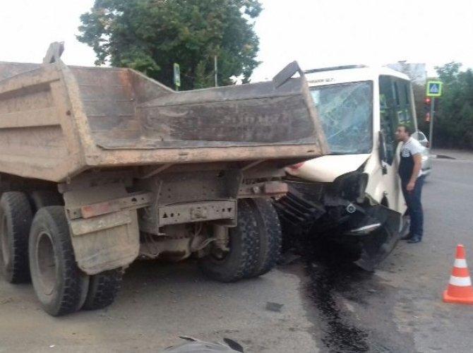 В ДТП с участием маршрутки и грузовика в Кисловодске пострадали семь человек.jpg