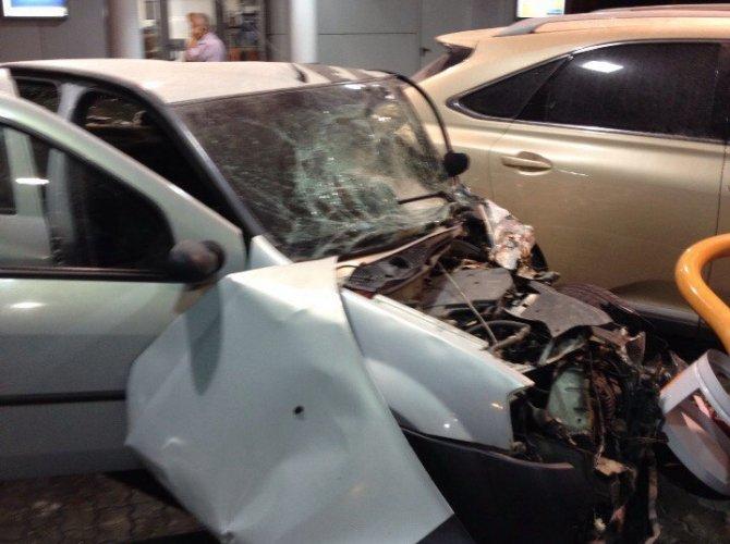 В Белгороде пьяная 19-летняя девушка на Lexus врезалась в АЗС, уходя от погони 7.jpg