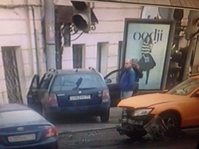 В Петербурге на Гороховой машина врезалась в здание 2.jpg