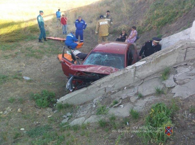 В ДТП в Иловлинском районе о бетонный отлив разбилась семья 2.jpg
