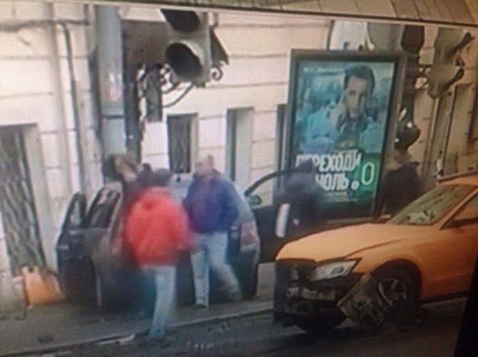 sJvфВ Петербурге на Гороховой машина врезалась в здание 3.jpgBiIlR-jg.jpg