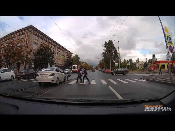 ГИБДД разыскивает водителя Hyundai, едва не сбившего детей на зебре 2.jpg