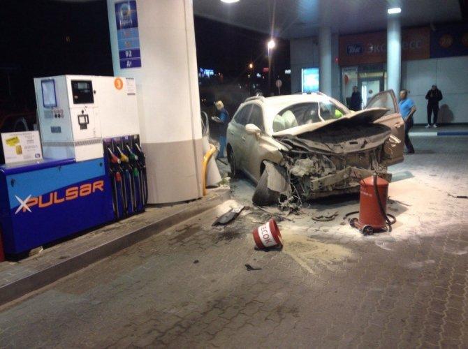В Белгороде пьяная 19-летняя девушка на Lexus врезалась в АЗС, уходя от погони 2.jpg