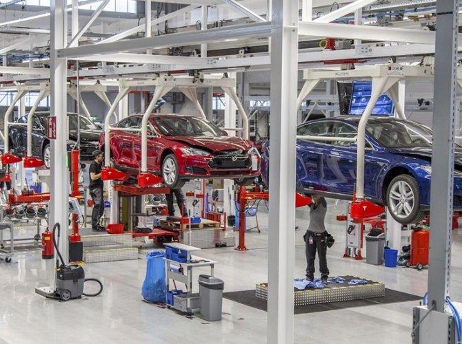 Илон Маск открыл первый в Европе завод Tesla 3.jpg