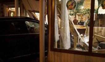 В Омске Volkswagen Touareg врезался в кафе с посетителями