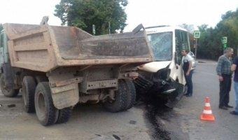 В ДТП с участием маршрутки и грузовика в Кисловодске пострадали семь человек