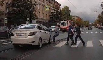 ГИБДД разыскивает водителя Hyundai, едва не сбившего детей на зебре