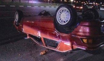 Торопливый Mazda 323F опрокинулся в результате экстремального маневрирования