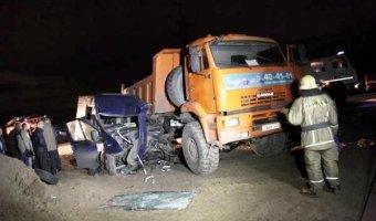 Микроавтобус и КАМАЗ столкнулись на выезде из Архангельска