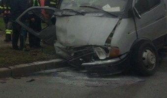 """В Петербурге при столкновении с """"Газелью"""" отбросило в столб Nissan Tiida, есть пострадавшие"""