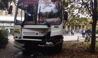 Водитель неуправляемой маршрутки, вылетевшей на тротуар в Автово, выпал из кабины во время разговора по телефону