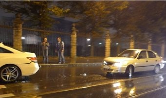 Daewoo Nexia сильно врезался в затормозивший перед ним Mercedes Benz на Лесном проспекте
