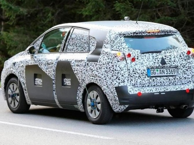 Opel Meriva 2017 spied 2.jpg