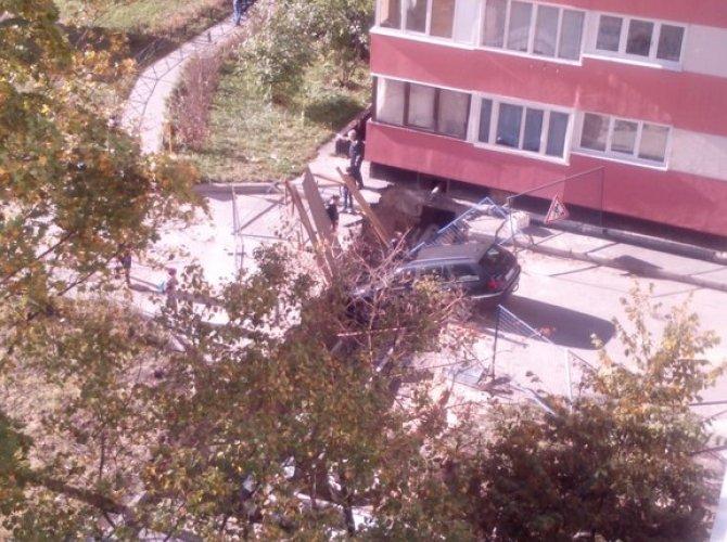 Пьяный водитель провалился в яму в Петербурге 1.jpg